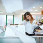 Jakie zastosowanie znajdzie folia okienna w biurze?
